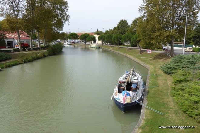 Canal du Midi - ein Boot liegt vertäut am Ufer