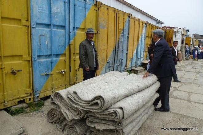 Mongolischer Wandfilz wird am Markt von Erdenet angeboten
