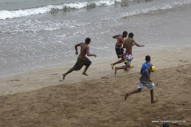 Fussballspieler am Strand auf den Kapverden