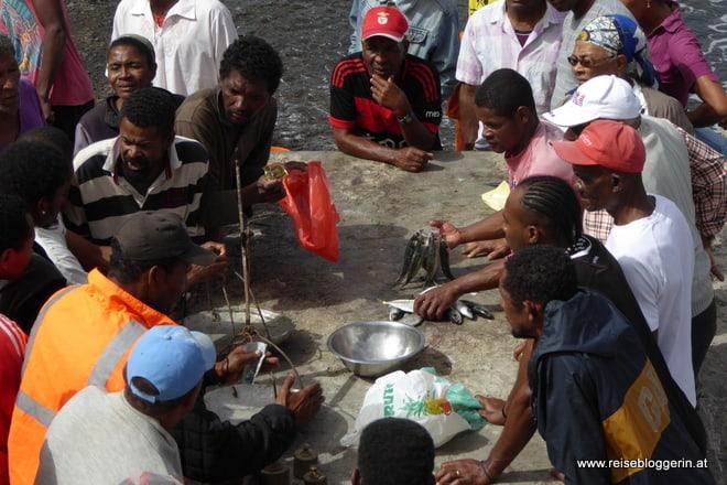 Der Handel mit Fisch direkt am Strand