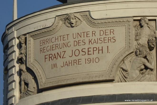 Inschrift auf der Urania in Wien