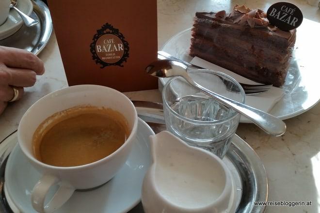 Kaffee und Torte im Cafe Bazar in Salzburg