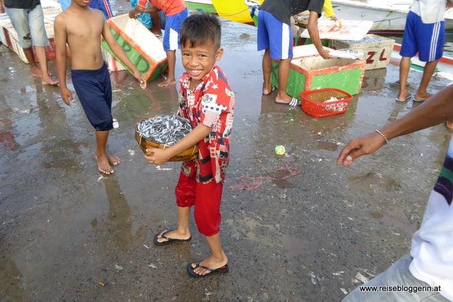 Kleiner Helfer am Fischmarkt
