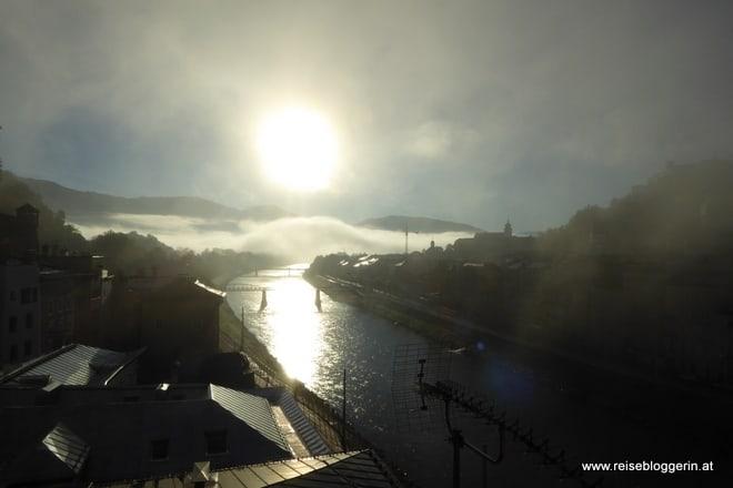 Der Nebel taucht die Stadt in ein mystisches Licht