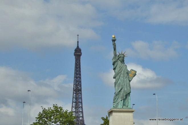 Eiffelturm und Freiheitsstatue in Paris