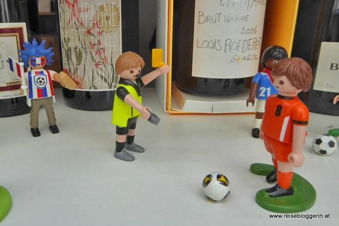 Im Schaufenster wird Fußball gespielt
