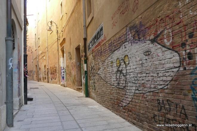 Eine schmale Gasse in Cagliari