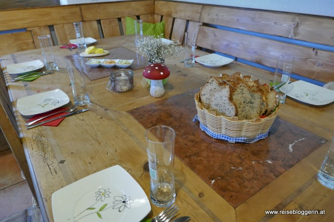 Gedeckter Tisch in der Bio-Hofkäserei Fürstenhof