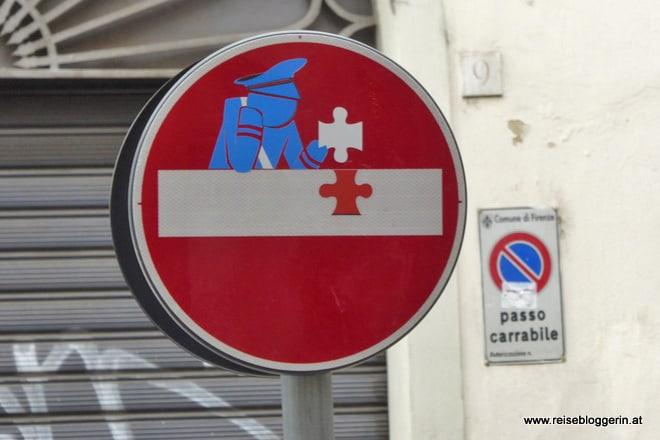 Clet Abraham verziert Straßenschilder in Florenz