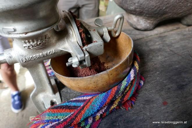 Kakaobohnen werden gerieben