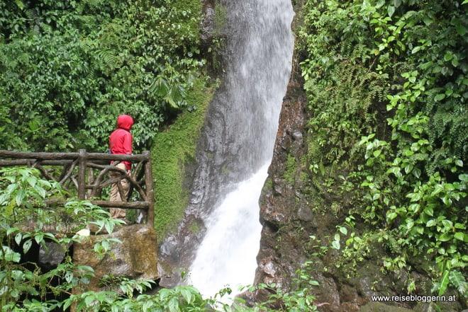 Wasserfall im Mistico Arenal Hanging Bridges Park