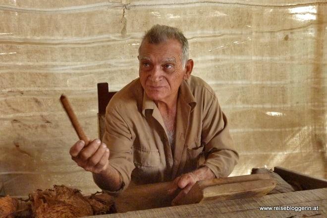 Carlos, der Zigarrendreher auf der Farm Robaino