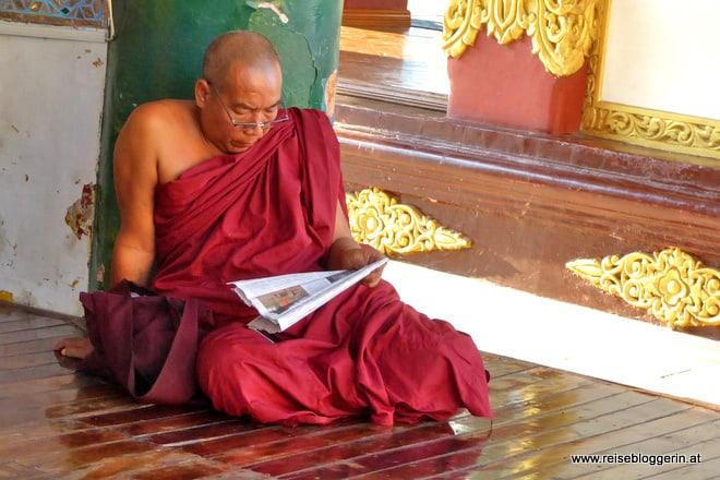 Ein Mönch beim Lesen
