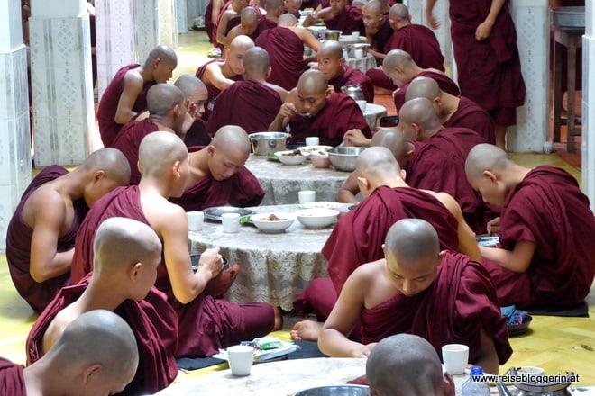 Mönche beim Mittagessen