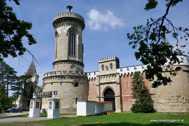 Franzensburg - ein Gebäude mit Zinnen, Erkern und einem Turm