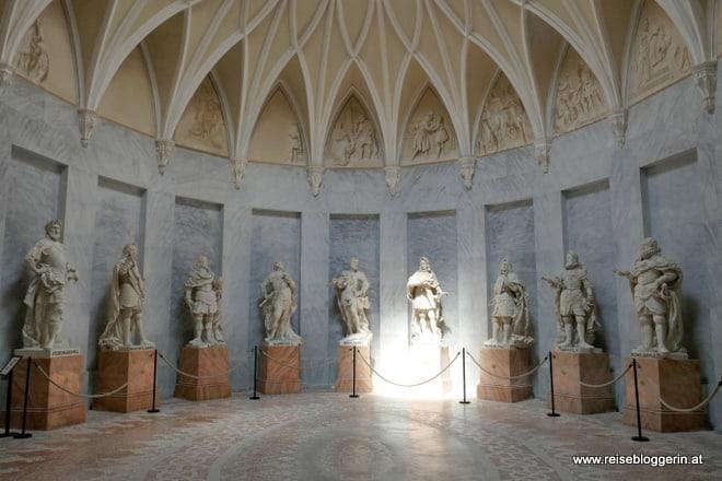 im Habsburgersaal der Franzensburg stehen Statuen