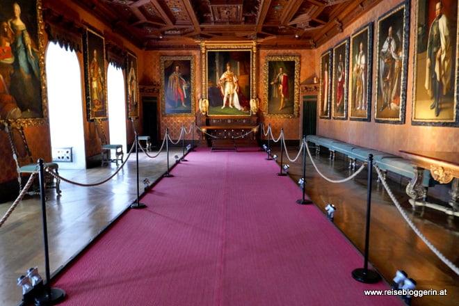 Lothringersaal in der Franzensburg mit Gemälden an den Wänden