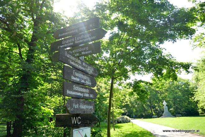 Wegweiser im Schlosspark Laxenburg
