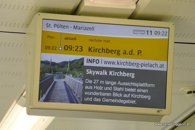 Bildschirm in der Mariazellerbahn weist auf die Sehenswürdigkeiten der Umgebung hin