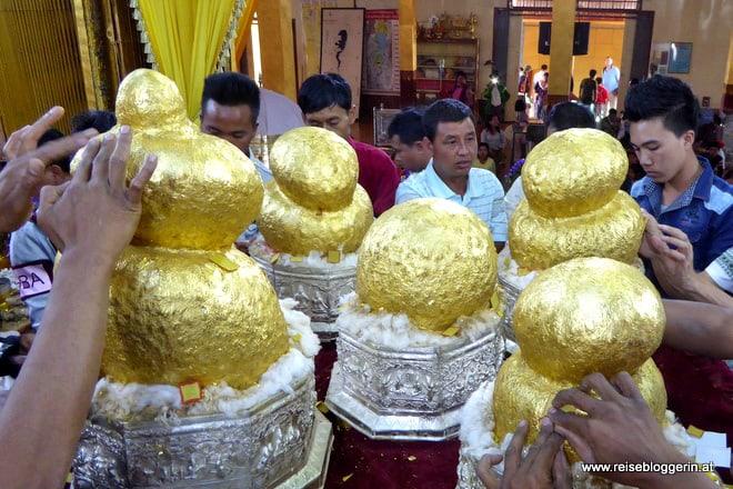 Buddhastatuen in der Phaung Daw U Pagode