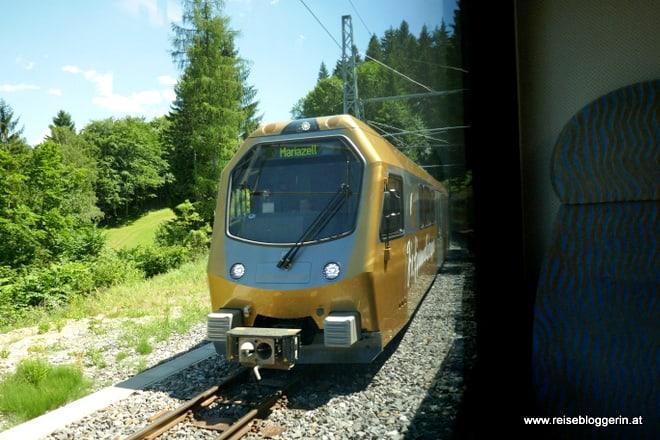 Aus dem Fenster fotografiert: Die Lokomotive der Mariazellerbahn