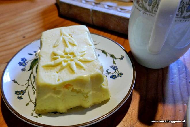 selbstgemachte Butter auf der Pottinger Alm