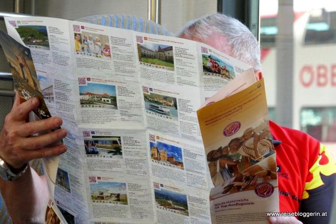 Ein Pensionist liest in einer Landkarte
