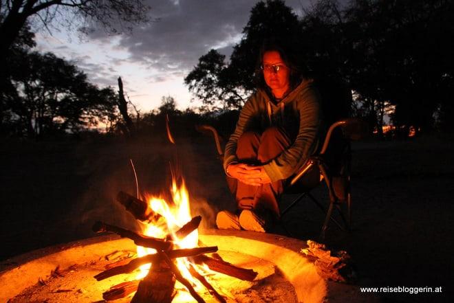 Lagerfeuer beim Camping in Botswana