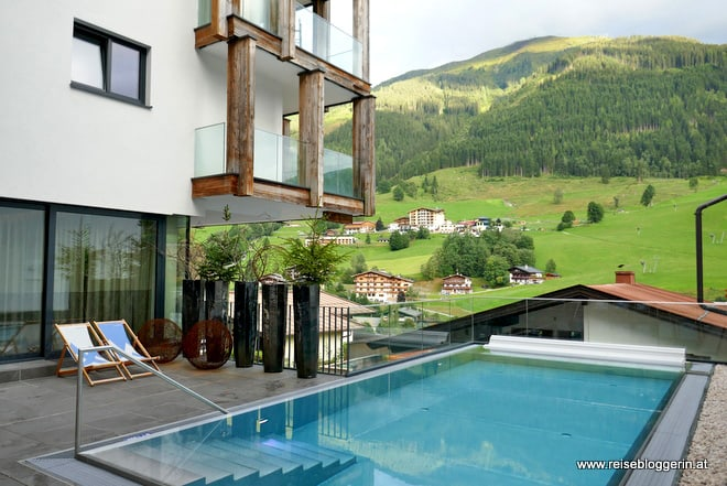 Der Outdoorpool im ADLER RESORT