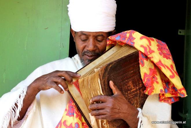 Ein Priester in der Klosterkirche Narga Selassie