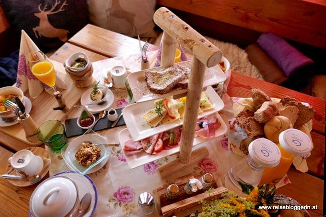Sonntagsfrühstück auf der Sonnalm