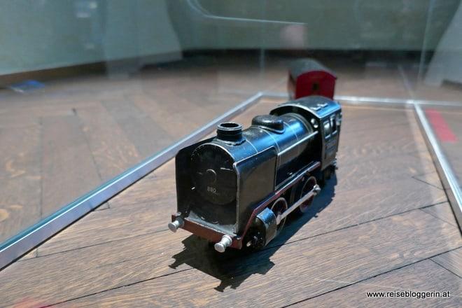 Eine Lokomotive im Egon Schiele Geburtshaus