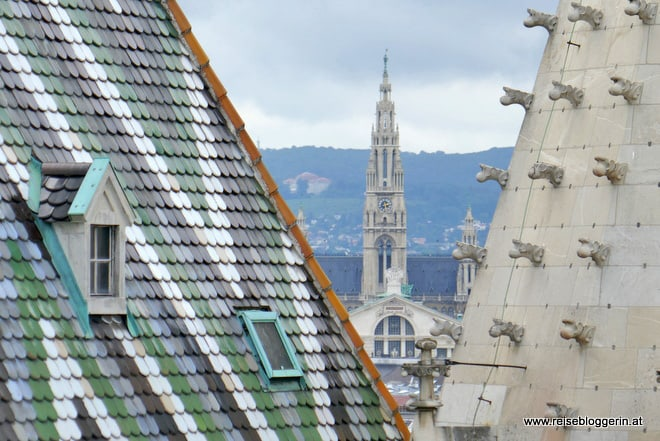 Am Nordturm vom Stephansdom blickt man zum Rathaus