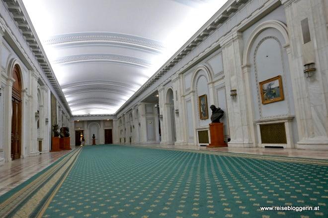 Im Präsidentenpalast von BUkarest sind die Flure sehr, sehr lang