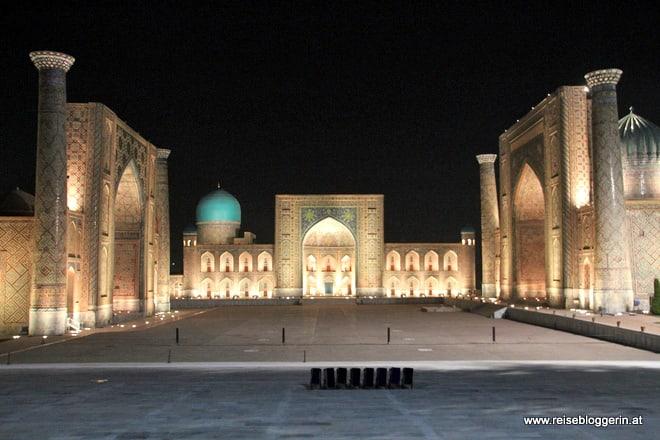 Der Registan in Samarkand bei Nacht