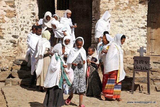 Gläubige Äthiopier kommen aus der Kirche