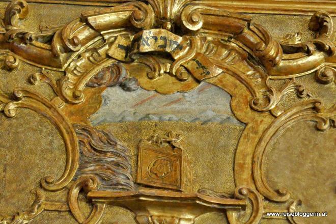 Auf den Holztafeln sind Bilder aus dem Buch Exodus dargestellt