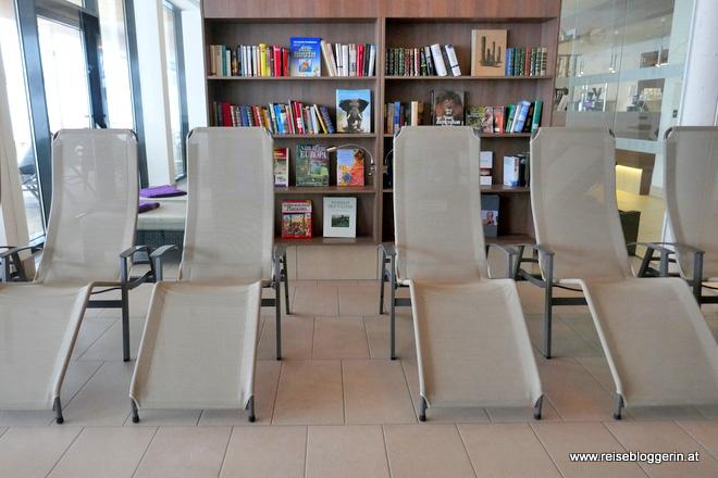 Ruheraum mit Bibliothek