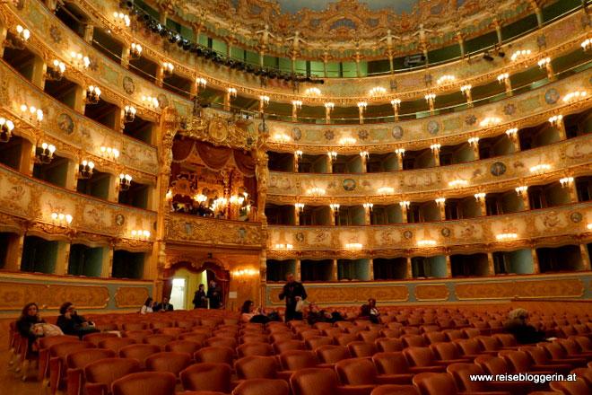Der Theaterraum mit Blick auf die Königsloge