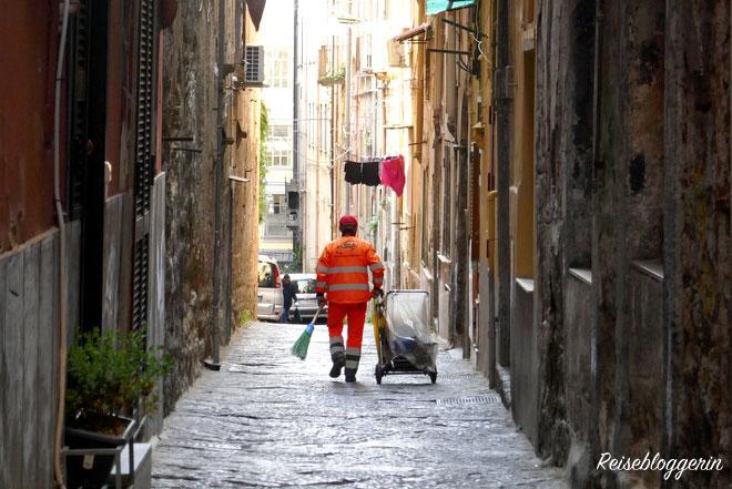 Eine schmale Gasse in Neapel