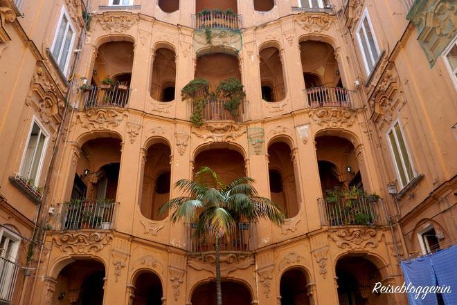 Ein Innenhof in Neapel