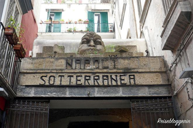Napoli Sotteranea - Überschrift zum Eingangstor ins unterirdische Neapel