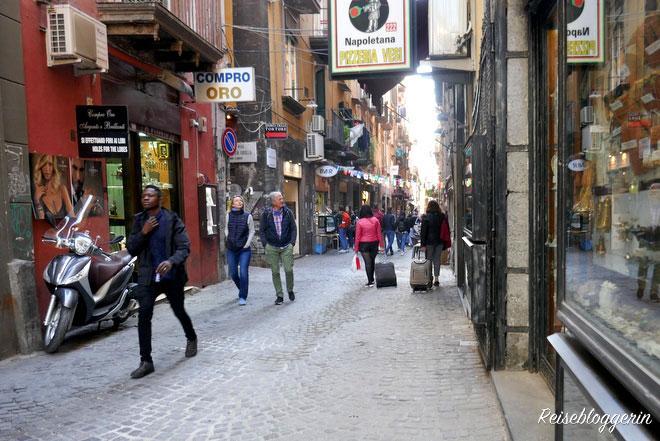 Enge Gasse in Neapel mit vielen Geschäften - genannt Spaccanapoli