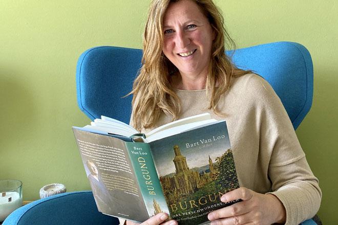 Lisbet reist für 80 Büchern um die Werl mit Bart van Loo nach Burgund