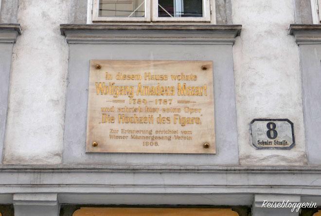 Eine Gedenktafel mit den Worten: In diesem Haus wohnte Wolfgang Amadeus Mozart
