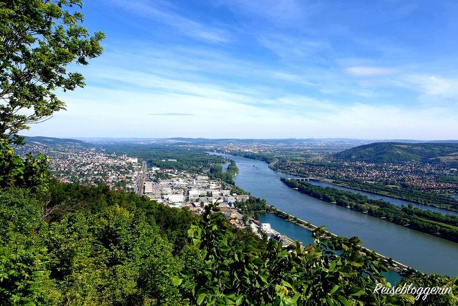 Der Blick vom Leopoldsberg auf Klosterneuburg und die Donau