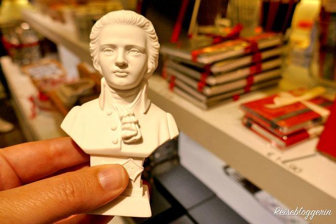 eine weiße Mozart Büste aus Gips als Souvenir zum Kaufen