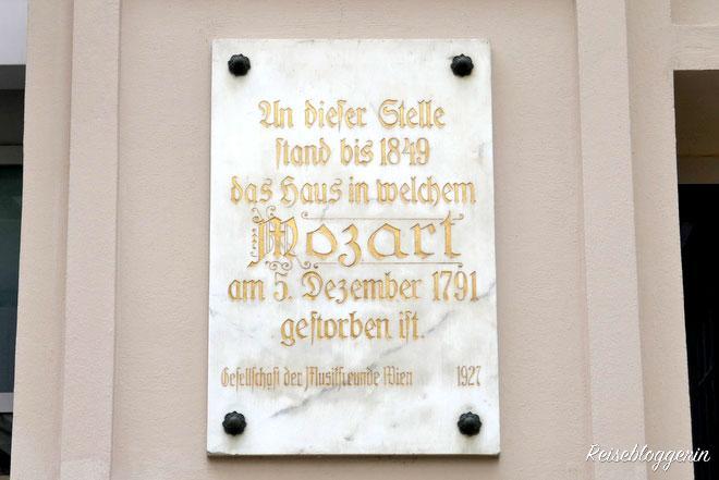 Eine Gedenktafel angebracht auf dem Sterbehaus Mozarts in der Rauhensteingasse