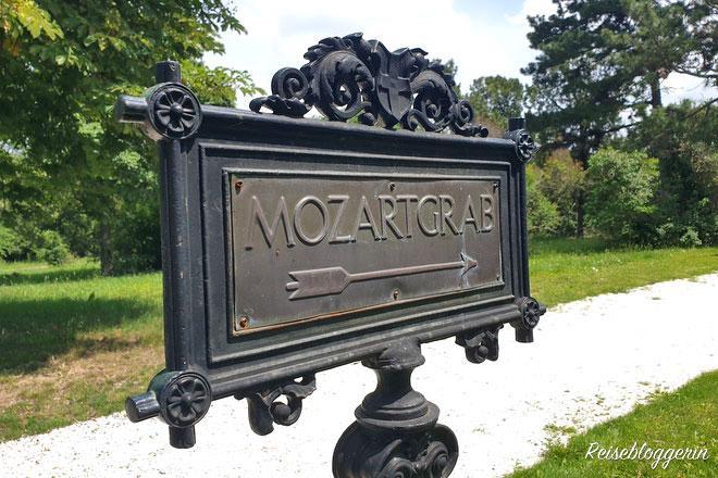Ein Schild mit den Worten Mozartgrab