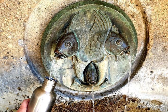 Aus drei Fischmäulern rinnt Wasser